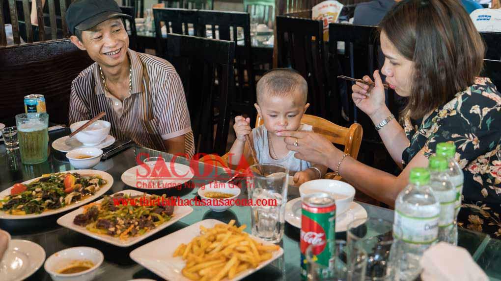 ghế ngồi ăn cho trẻ em ở nhà hàng